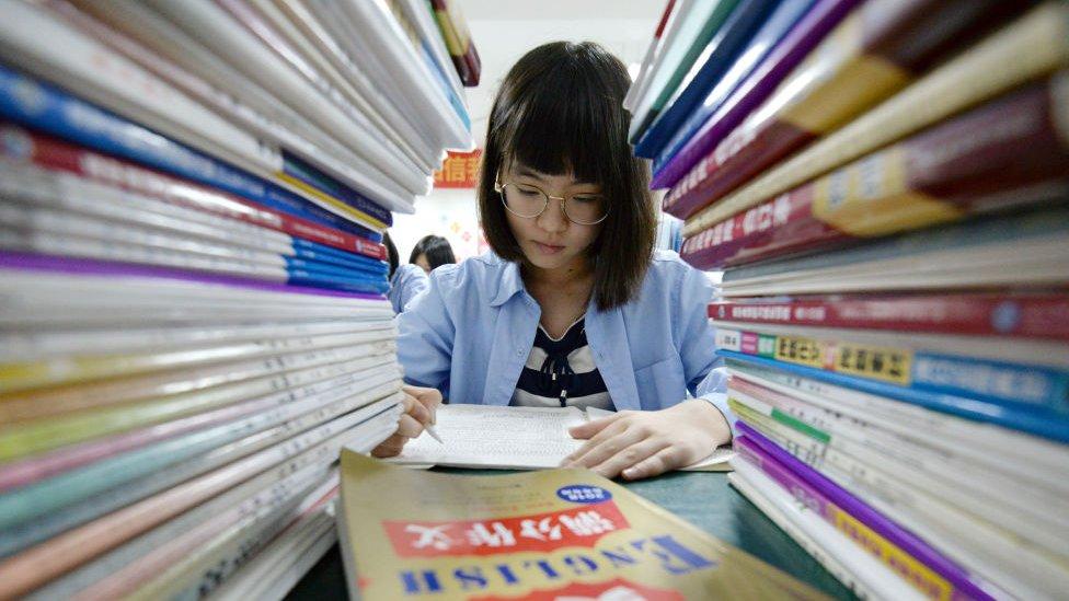 شابة صينية تخوض اختبارات (بي آي إس إيه)