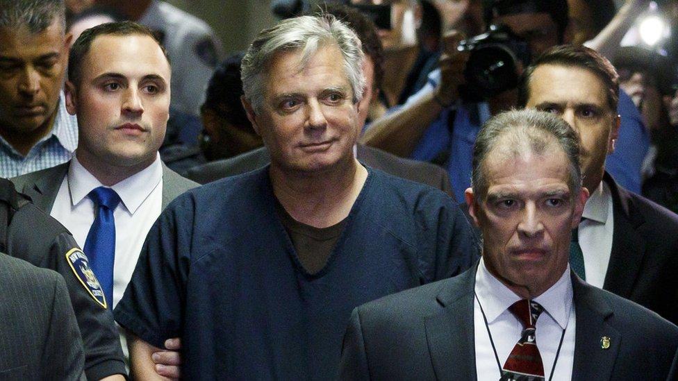 Paul Manafort (en el centro) al llegar a un tribunal de Manhattan en junio de 2019