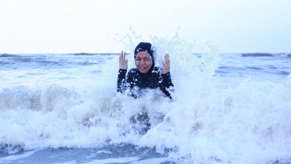 Una mujer nadando en el mar