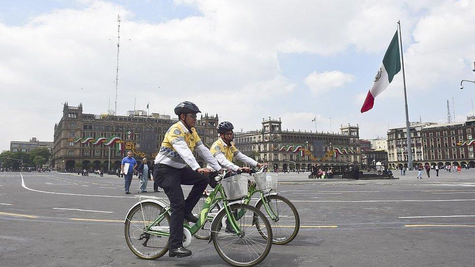 Policías en bicicleta en el centro de la Ciudad de México