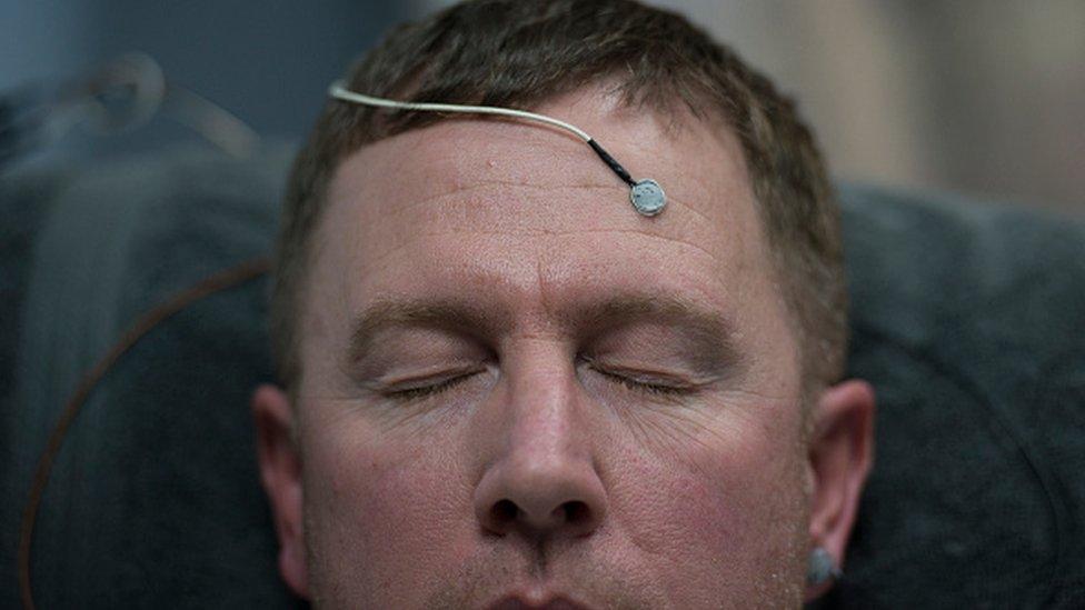 Hombre con un sensor en la cabeza