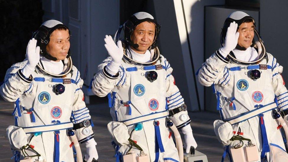رواد الفضاء الثلاثة ني هايشنغ (في الوسط) وليو بومينغ (يمين) وتانغ هونغبو