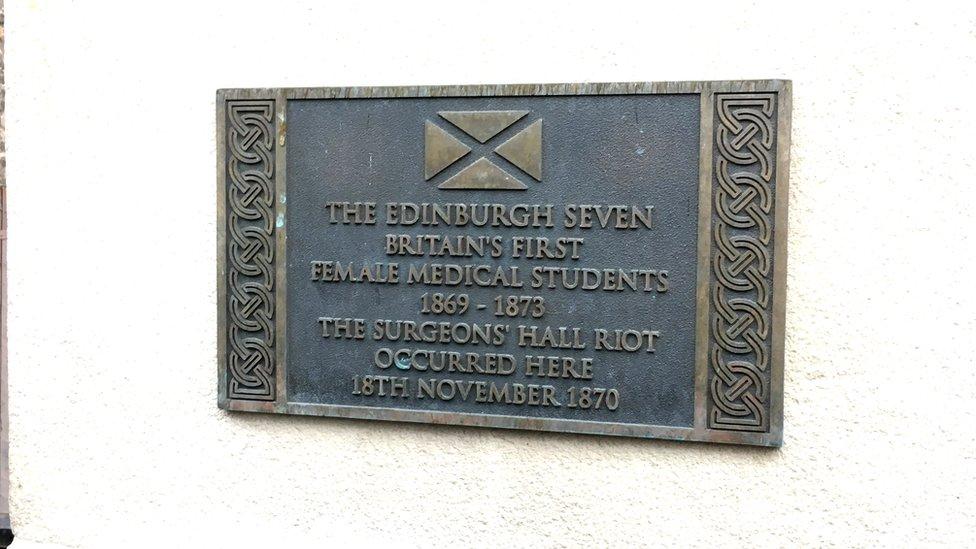 La placa que se colocó en 2015 para conmemorar el lugar donde ocurrió la Revuelta del Salón de los Cirujanos.