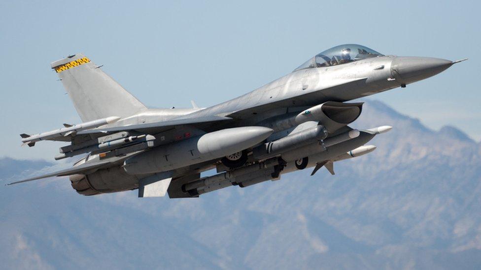 Avión F 16.
