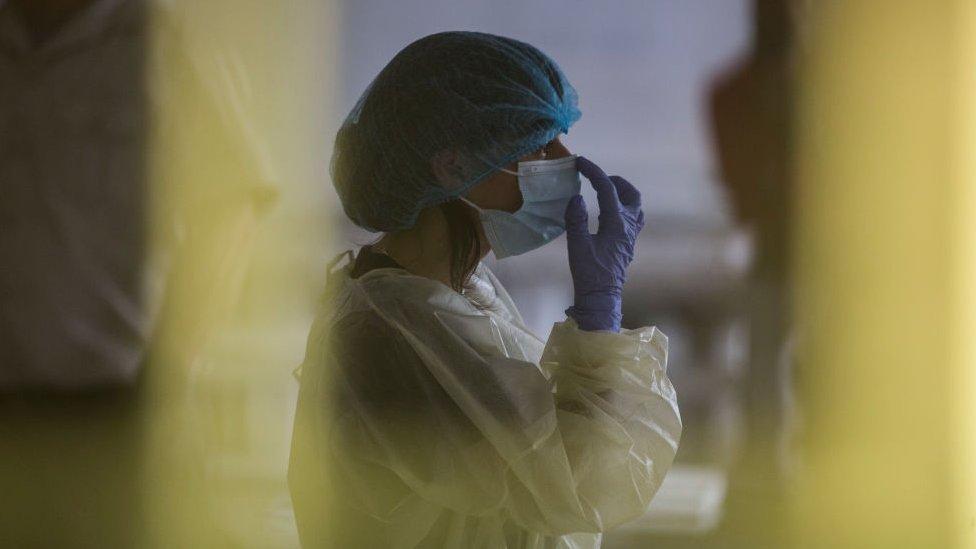 Una trabajadora de la salud en Uruguay se prepara para inciar vacunación