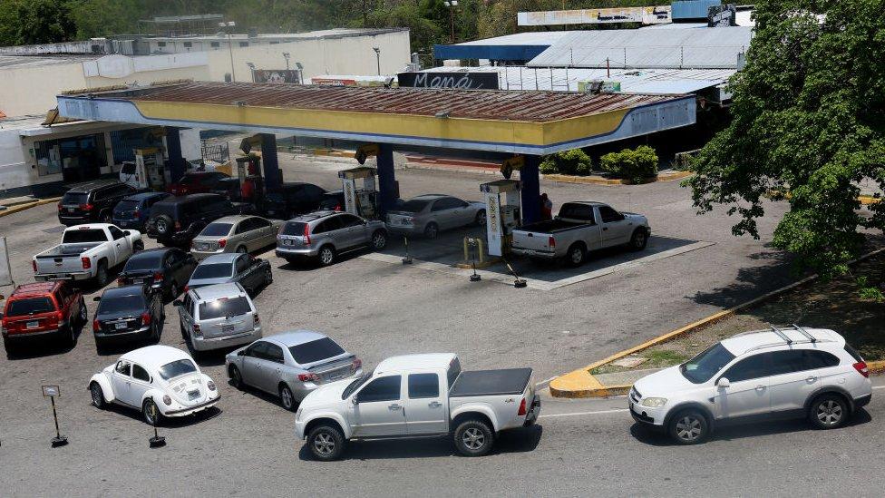 Cola para comprar gasolina en Venezuela.