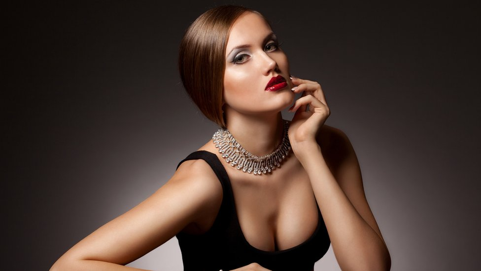 Mujer con collar