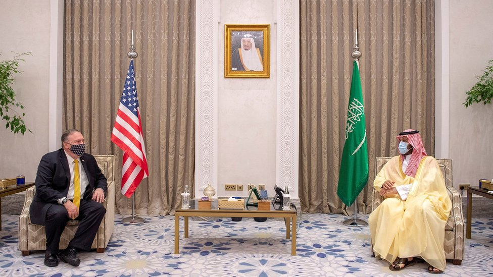 US Secretary of State Mike Pompeo (L) speaks to Saudi Crown Prince Mohammed bin Salman (R) (22 November 2020)