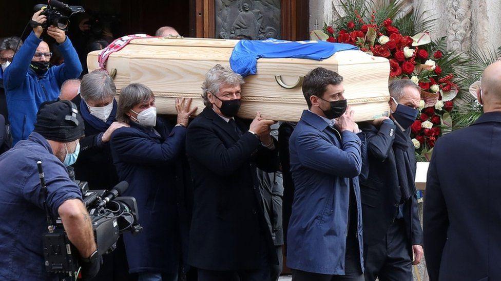 نُقل التابوت من كاتدرائية سانتا ماريا أنونشاتا بعد قداس جنازة باولو روسي في فيتشنزا