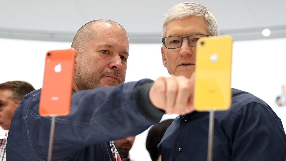 Džoni Ajv i Tim Kuk sa novim ajfonom 10R, Kupertino, SAD, 12. septembar 2018.