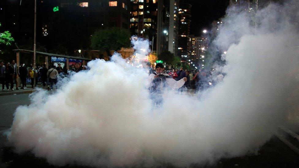 En muchas ciudades, la policía recurrió a los gases lacrimógenos para contener las protestas.