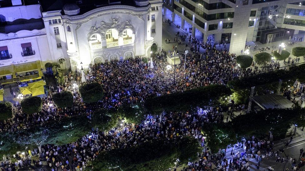 صورة من الاحتفال بفوز قيس سعيّد برئاسة تونس في شارع الحبيب بورقيبة في العاصمة