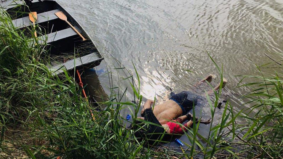 Los cuerpos que flotan en el río son los de Óscar Martínez Ramírez y su hija.