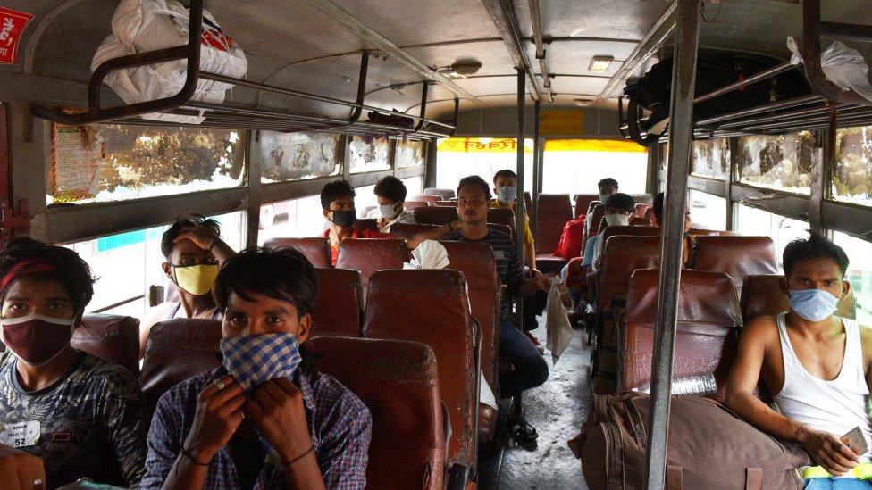 Pekerja migran kembali ke Bangalore.