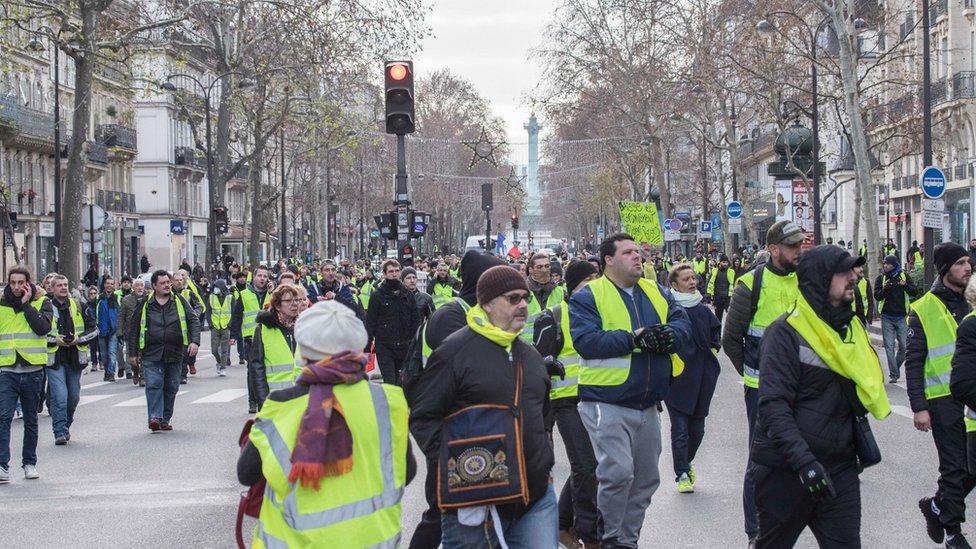 """احتجاجات """"السترات الصفراء"""" في باريس ألهمت بعض الشباب العرب"""