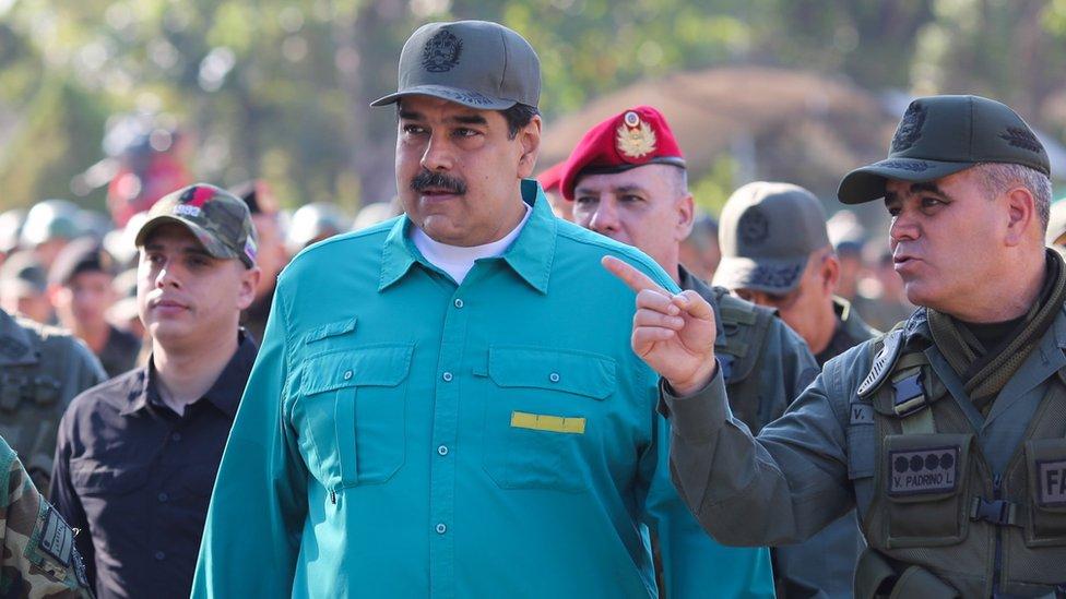نيكولاس مادورو (وسط الصورة)