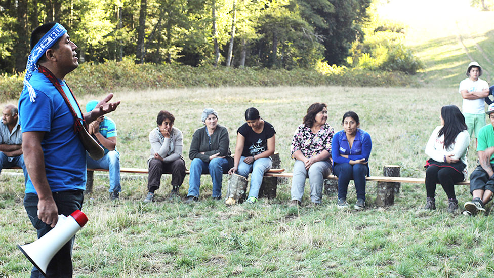 Curamil hablando con miembros de comunidades mapuches