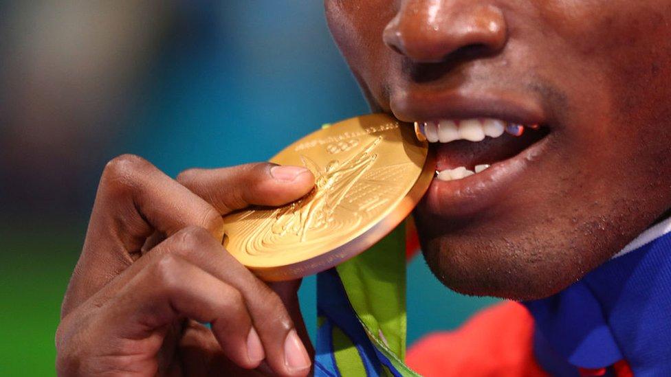 El medallista de oro Julio César La Cruz de Cuba durante la ceremonia de entrega de medallas para el evento de boxeo masculino ligero pesado (81 kg) en los Juegos Olímpicos de Río 2016.