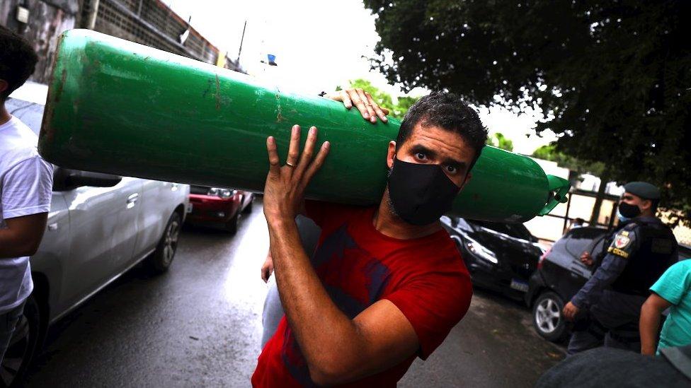 Un hombre carga una bombona de oxígeno en Manaos, Brasil.