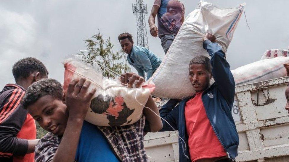 تحميل المواد الغذائية والإمدادات من شاحنة قدمها السكان المحليون، في مدينة ديسي، إثيوبيا، في 23 أغسطس/آب، 2021