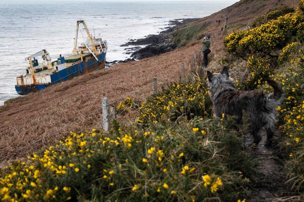 Una vista del barco fantasma abandonado Alta atrapado en las rocas de la costa irlandesa