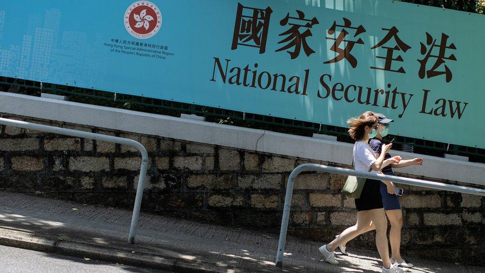 兩名女路人走過一面宣傳香港《國安法》橫幅(15/7/2020)