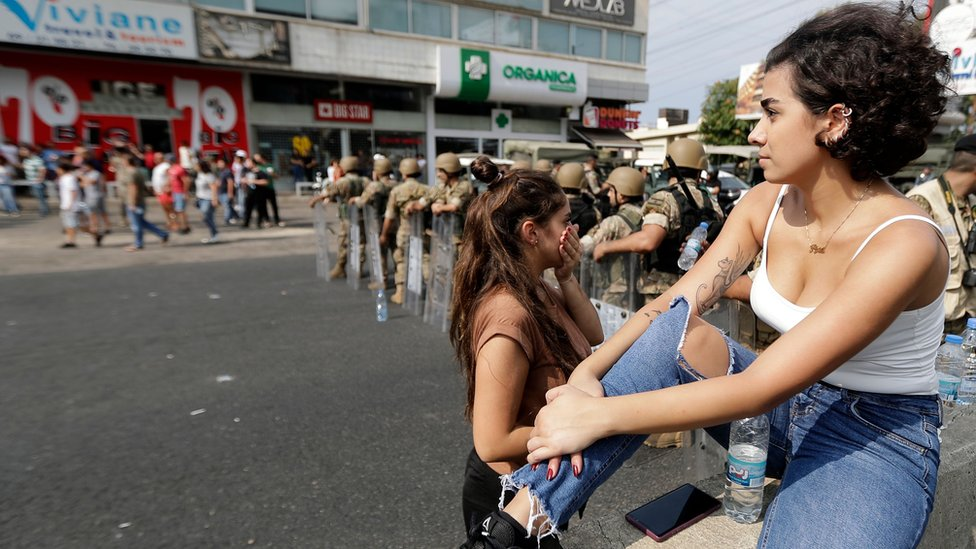 نساء في مختلف الأعمار شاركن في المظاهرات المطالبة بإسقاط الحكومة في لبنان