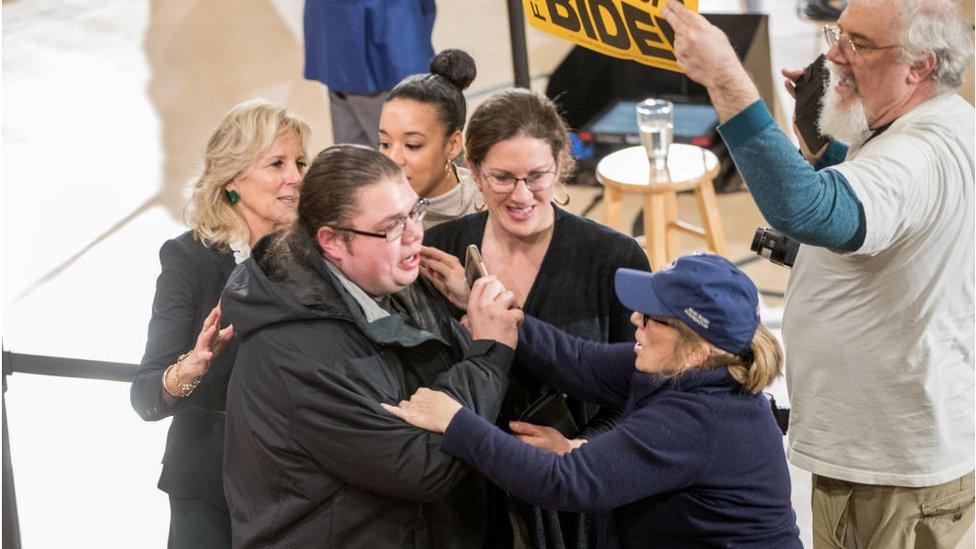 2020年2月,吉爾幫助工作人員帶走鬧場的人