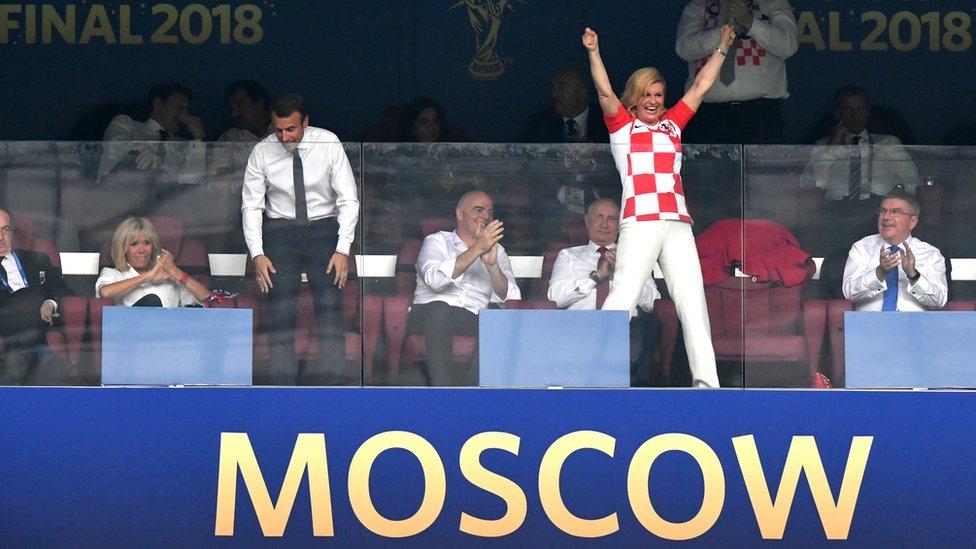 La presidenta de Croacia, Kolinda Grabar-Kitarovic, celebra un gol de su equipo en la final.
