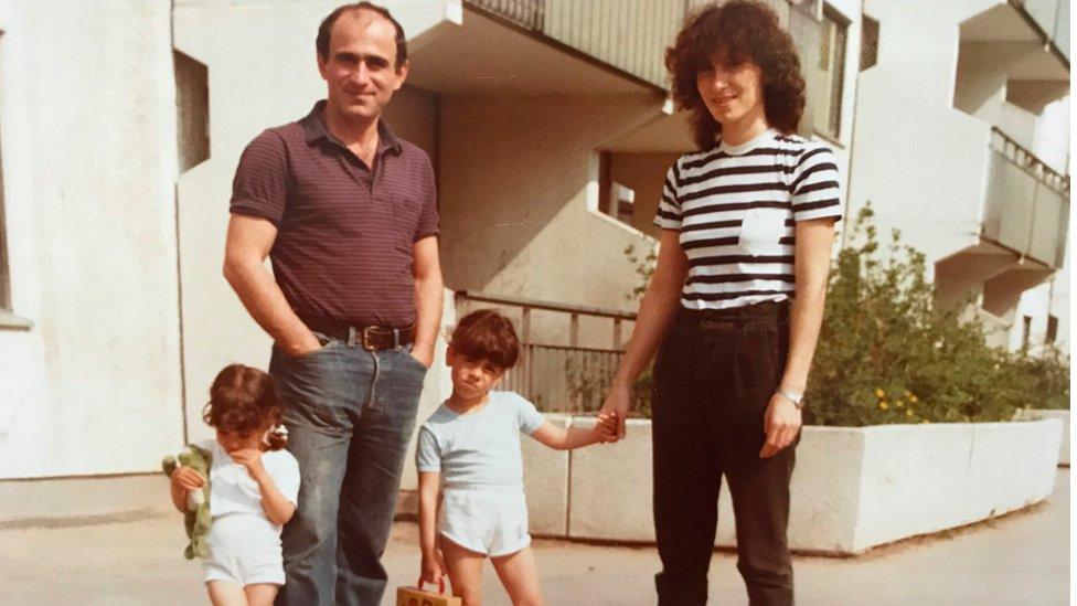 Fotografía de una joven Susanne Najafi con su familia