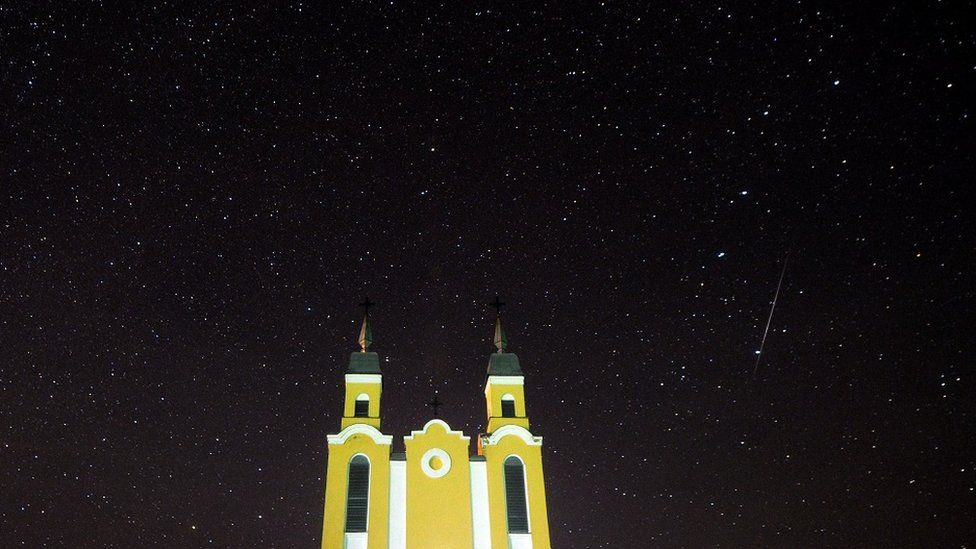 Geminid meteor yağmuru sırasında Minsk kenti yakınlarındaki bir kilise