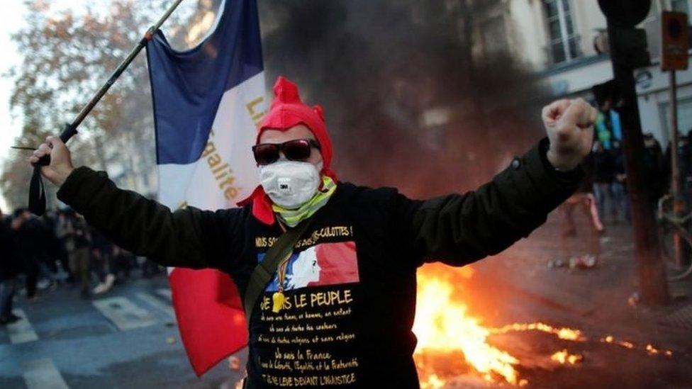 متظاهر في العاصمة الفرنسية باريس