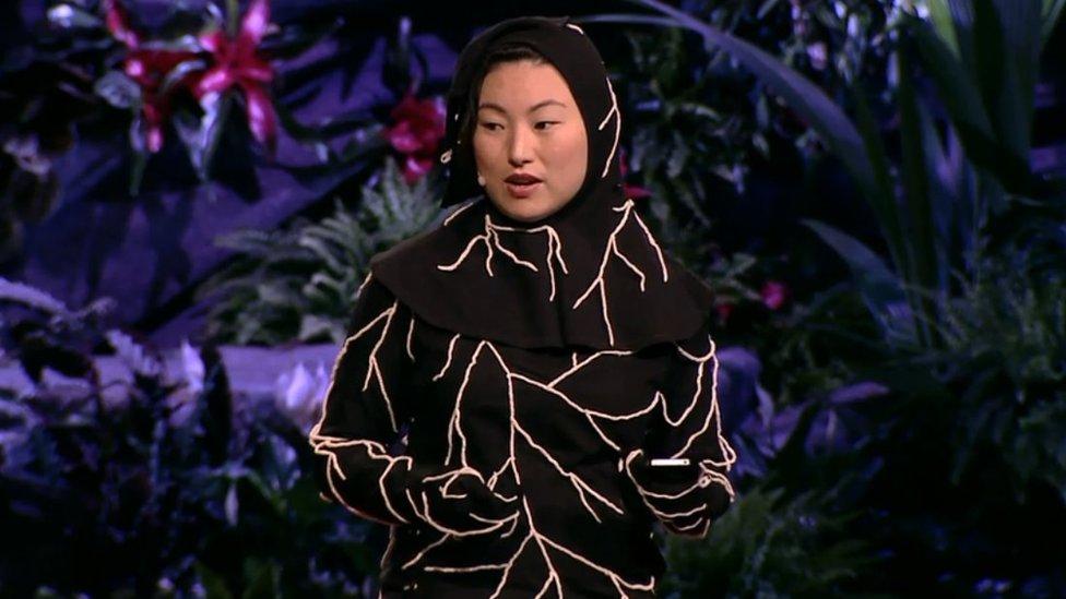 Jae Rhim Lee con una versión anterior del traje de hongos durante una charla TED en 2011.