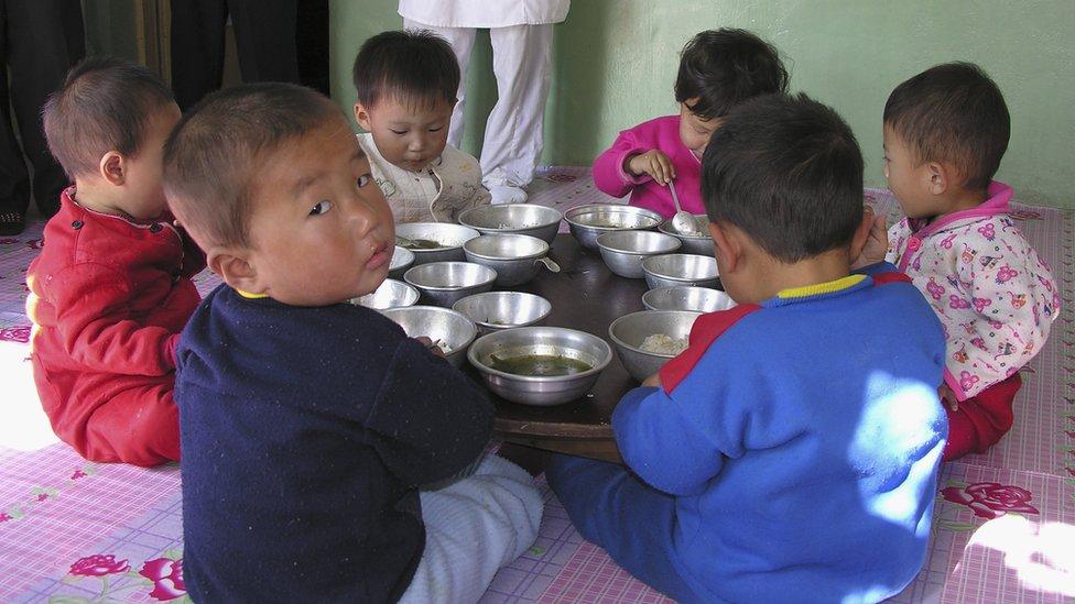 Niños comiendo en una guardería