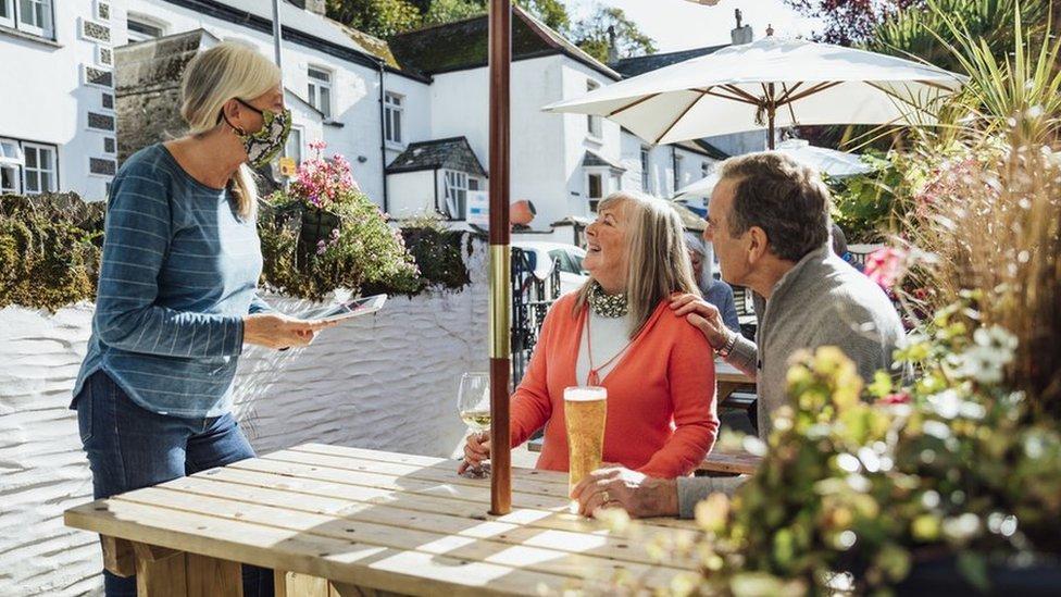 一對夫婦在啤酒花園裏點飲料(資料照片)