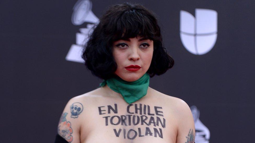 Mon Laferte en la alfombra roja de los Grammy Latinos