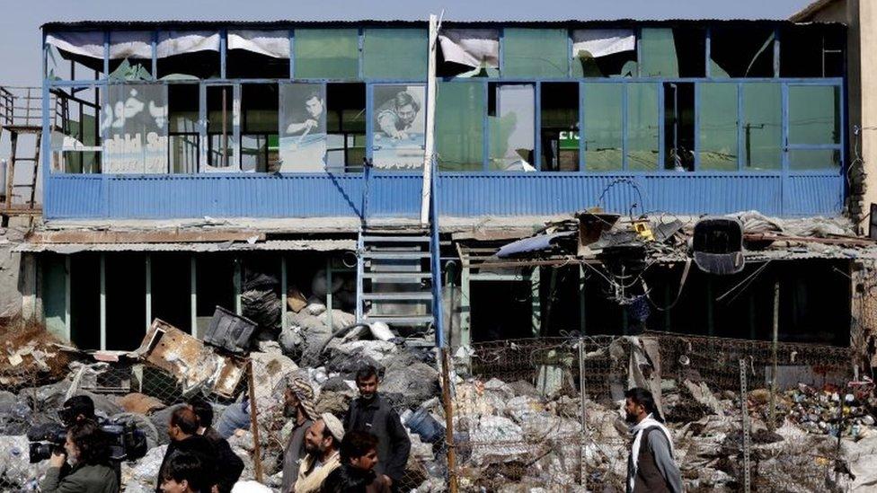 Stanovnici okupljeni oko mesta samoubilačkog napada automobilom u Kabulu