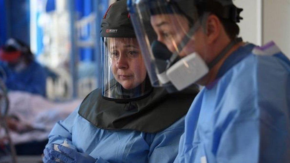Paramedis merawat pasien Covid-19.
