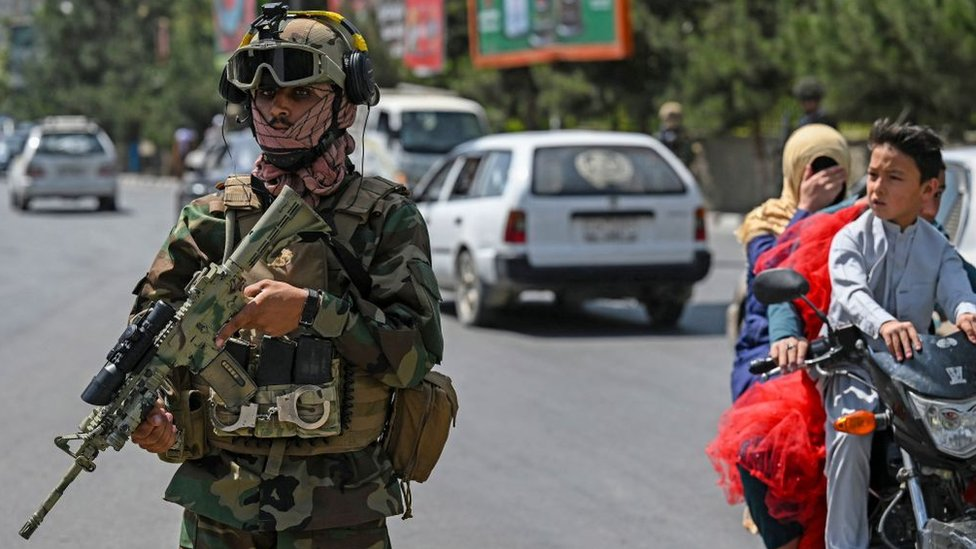 """A Taliban Fateh fighter, a """"special forces"""" unit, stands guard along a street in Kabul on August 29, 2021"""