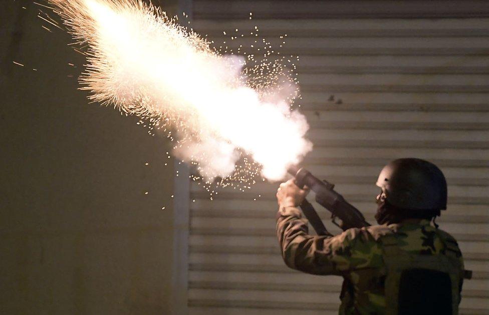 قوات الأمن أطلقت الغاز المسيل للدموع على المتظاهرين في حي التضامن يوم الإثنين