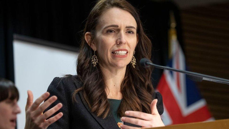 Jacinda Ardern, premiê da Nova Zelândia, falando diante de microfone