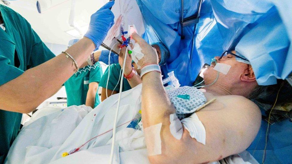 Operación de un tumor cerebral.