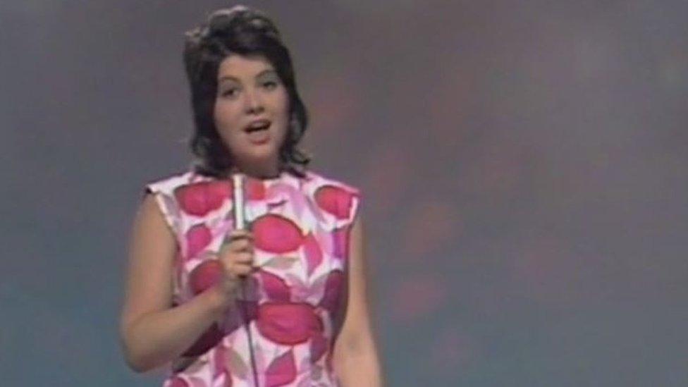 Eleri Llwyd yn perfformio 'Breuddwyd' aka 'Nwy yn y Nen', cân fuddugol 1971