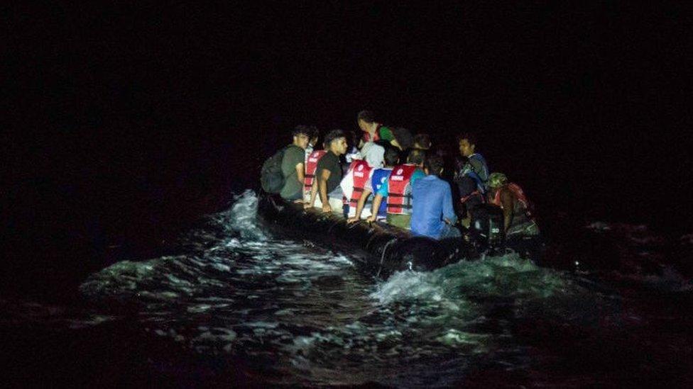 Un bote de goma lleno de migrantes cruza a la isla griega de Lesbos por la noche, una ruta preferida para ingresar a Europa para los migrantes afganos.