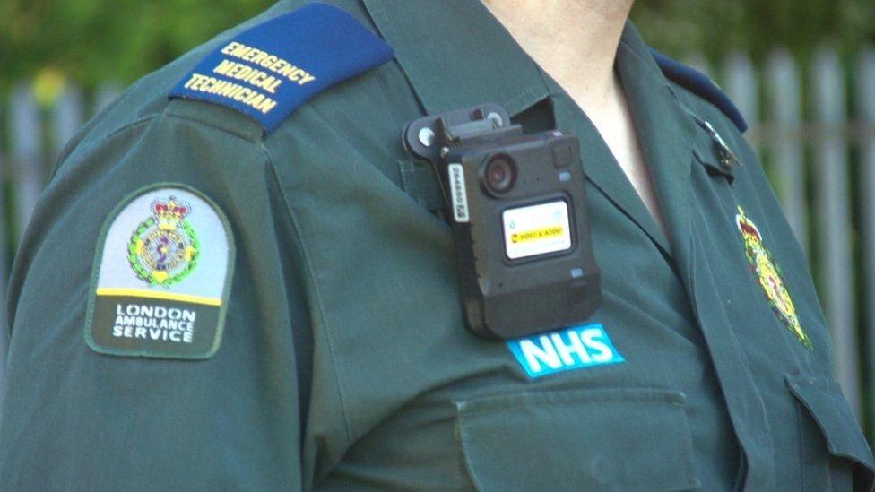 رجل إسعاف بريطاني يرتدي كاميرا في زيه
