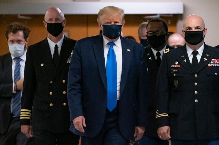 Trump con custodia, todos con mascarilla.