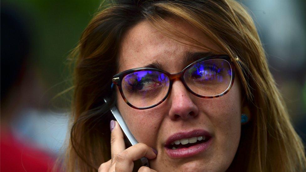 Una mujer al teléfono