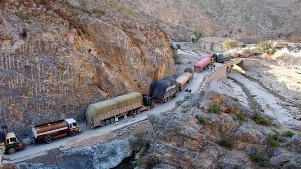 पाकिस्तान से अफगानिस्तान जाते ट्रक