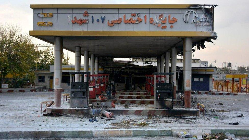 شهدت الاحتجاجات إضرام النيران في محطات تزويد الوقود والبنوك والمتاجر