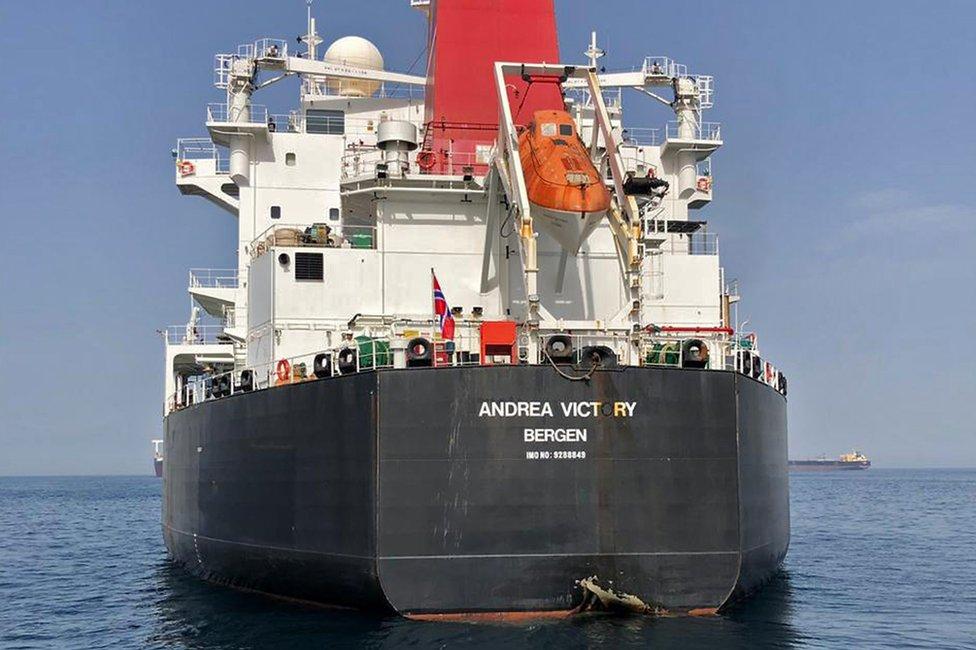 """Daños al casco del petrolero noruego Andrea Victory, producidos en lo que fue calificado de """"sabotaje"""" por Arabia Saudita."""
